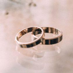 Alianzas de boda de acero